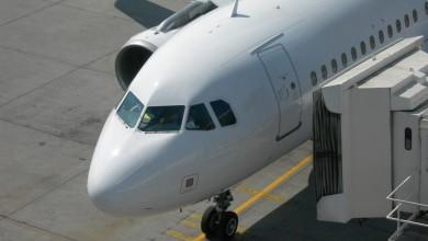 Airliner aan de gate voor vliegtuig verhuur